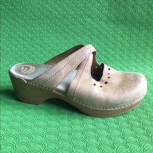 Dansko Women's sip on tan shoes size 40 /9